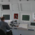 Авиадиспетчер на рабочем месте.