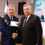 Вручение награды ветерану Л. Чуро и Г. Гарницкий