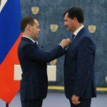 2016. Премьер-министр РФ Д. Медведев вручает государственную награду - медаль Столыпина II степени.