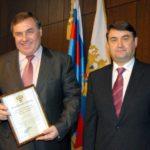 Министр транспорта РФ И.Е. Левитин вручает благодарность А.П. Повалию